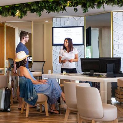 Écran d'affichage dynamique à la réception d'un hôtel resort