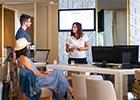 écran d'affichage dynamique à la réception d'un hotel