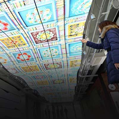 Plafond d'écrans LED affichage dynamique dans un bâtiment d'architecture