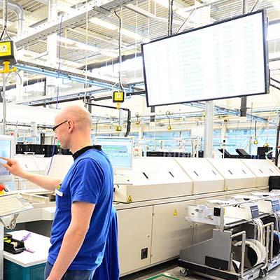 Moniteur d'affichage dynamique au dessus d'une chaine de production d'une usine