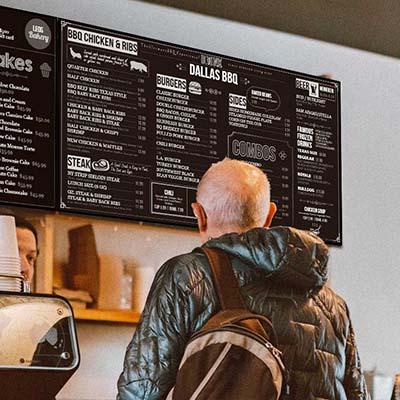 Moniteurs d'affichage dynamique  menu-board digital au comptoir d'un restaurant