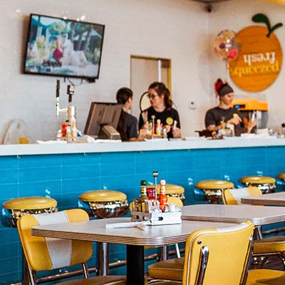 Écran d'affichage dynamique mural  dans une salle de restaurant