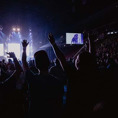 Écran LED d'affichage dynamique dans une salle de concert