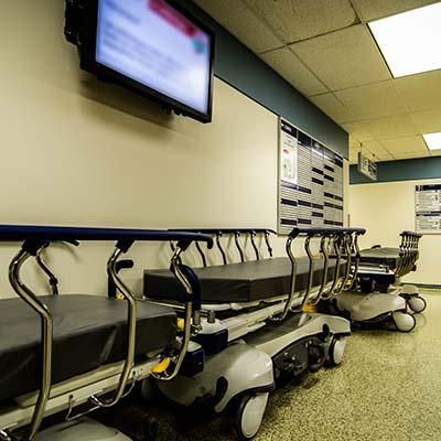 Écran d'affichage dynamique dans le couloir d'un hopital