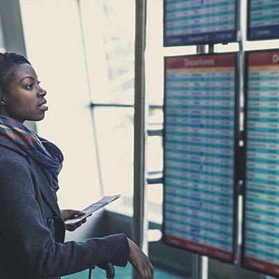 Mur d'image d'affichage dynamique dans un aéroport avec information voyageur