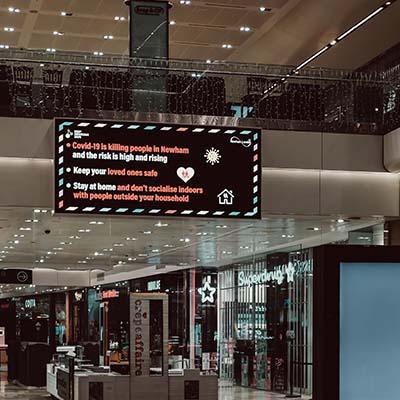 Écran d'affichage dynamique LED dans une galerie commerciale grande surface