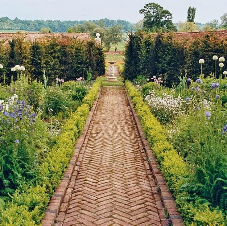 10-ways-refresh-your-backyard-pathway