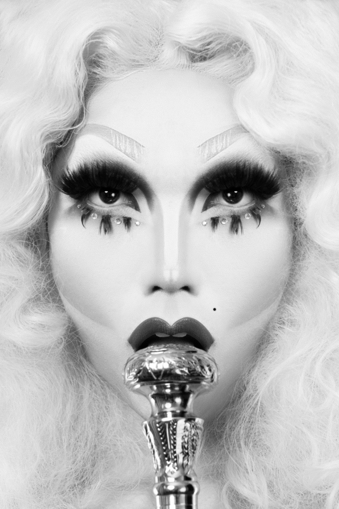 Black-and-white portrait of Betty Fvck (model, drag icon, event organizer / promoter and burlesque perfomer) shot in Fotografie Berlin e.V. studio (Berlin, Neukölln)