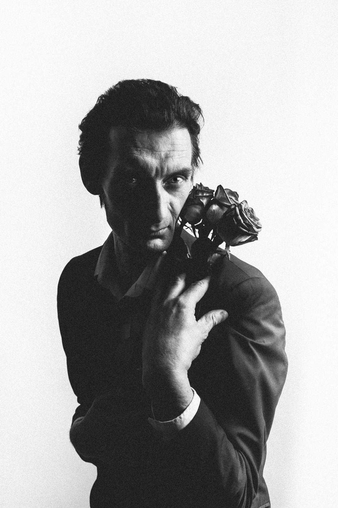 Black-and-white portrait of Steve Morell (musician, model, actor, journalist, entrepreneur, publisher and berlin legend) shot in Fotografie Berlin e.V. studio (Berlin, Neukölln)