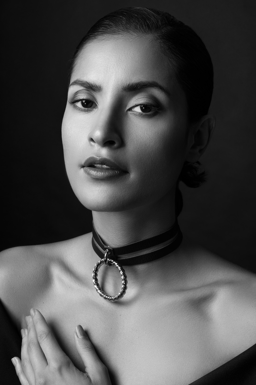 Black-and-white beauty portrait of Camilla Cardona (Internationally published model) shot in Fotografie Berlin e.V. studio (Berlin, Neukölln)