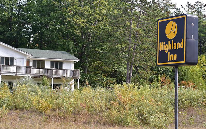 Sign for Highland Inn on side of road