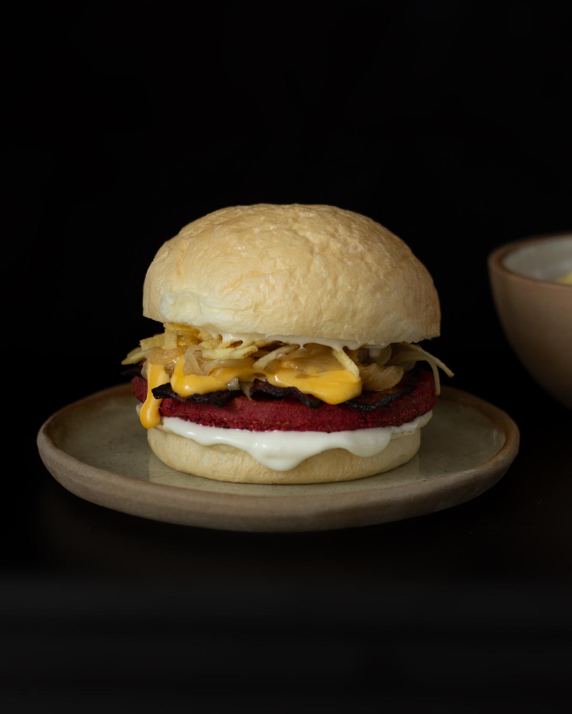Santa Burguesa de Remolacha y tomillo en hamburguesa. Vegano.