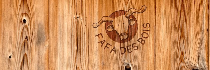 logo sur du bois