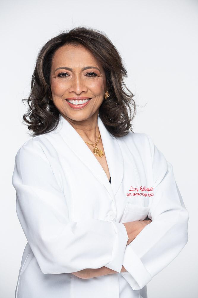 Image de Dr Lucy Gilbert avec les bras croissé, Souriant vers la camera