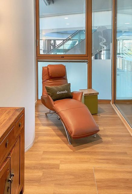 Blick in einen der Behandlungsräume der Praxis Dinimedic.