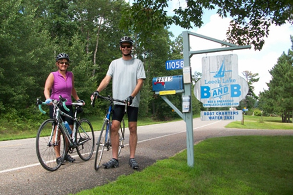 Couple with their bicycles at the driveway of Leech Lake B&B