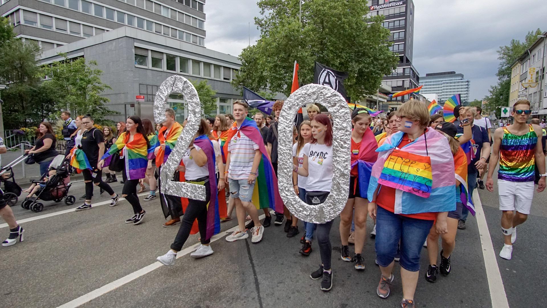 Das Bild zeigt Menschen beim CSD in der Demonstration
