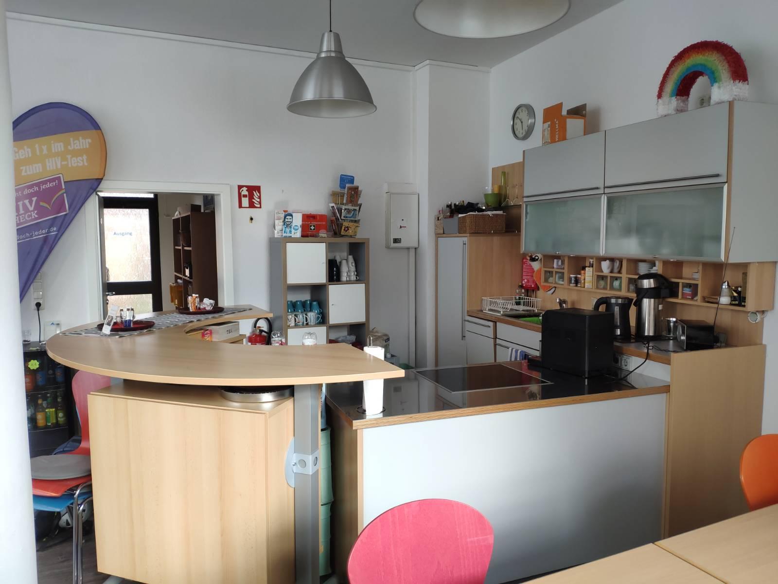 Das Bild zeigt eine Küche mit Thekenbereich