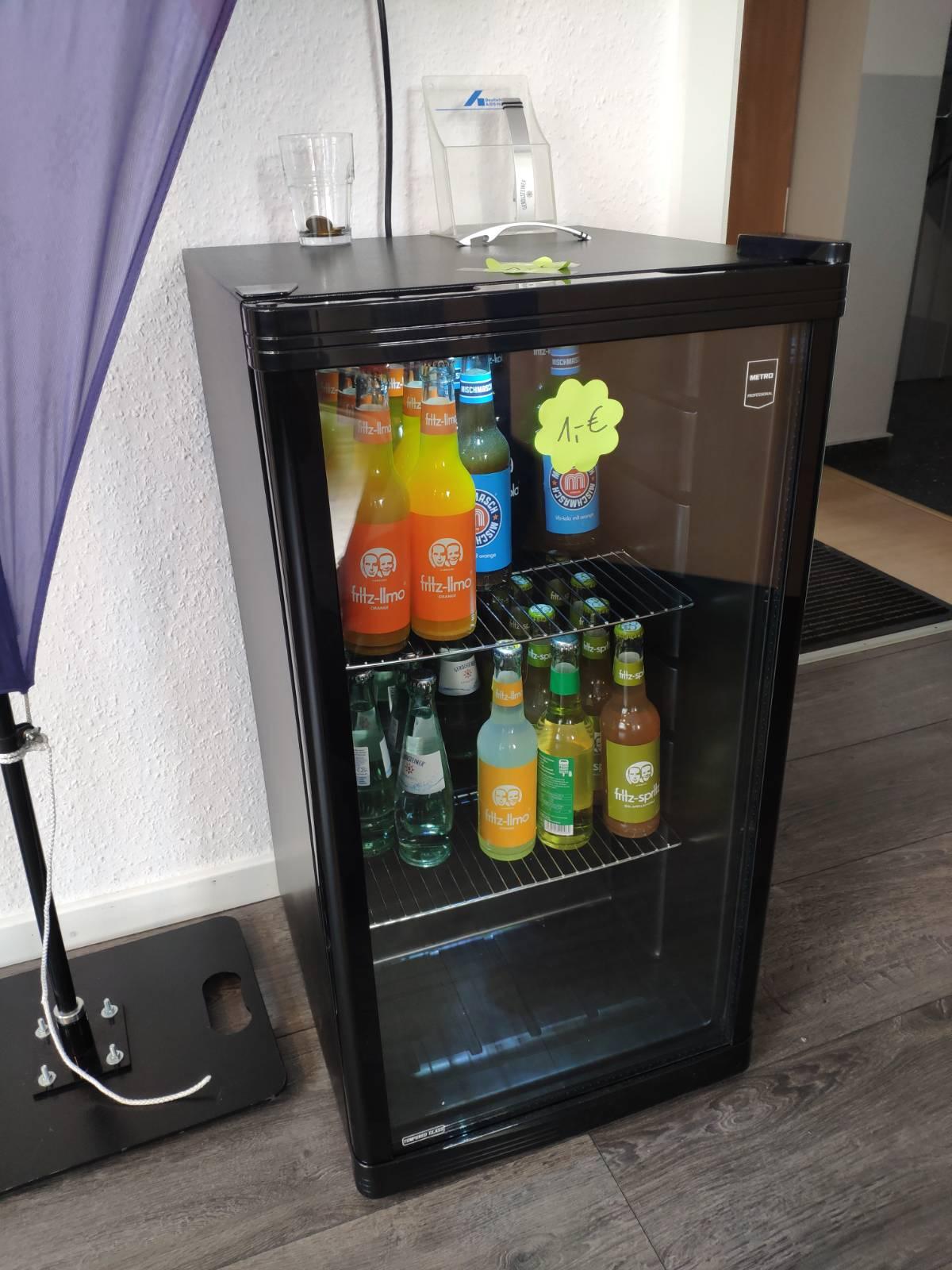 Das Bild zeigt einen Kühlschrank in dem sich verschiedene Getränke befinden