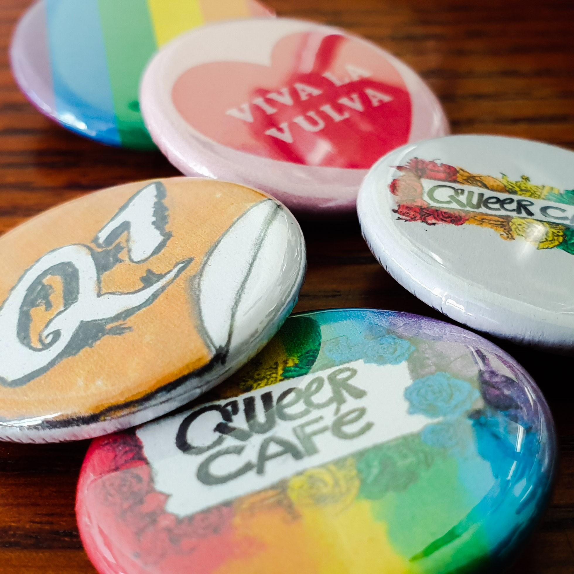 Auf dem Bild befinden sich verschiedene Buttons auf einem steht z.B. Viva Vulva auf einem anderen Queer Cafe