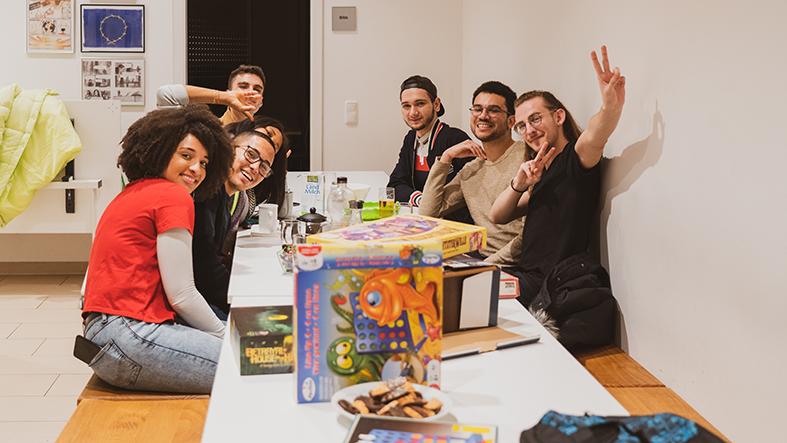 Das Bild zeigt Sieben Menschen beim Spiele spielen