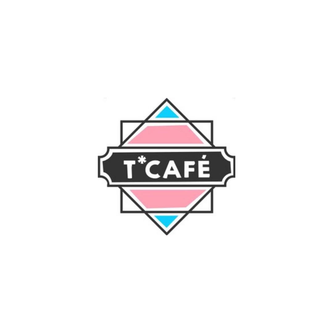 Das Bild zeigt das Logo von T Cafe in dessen Mitte sich ein Trans-Farbendes Quadrat befindet dessen Spitze nach oben zeigt