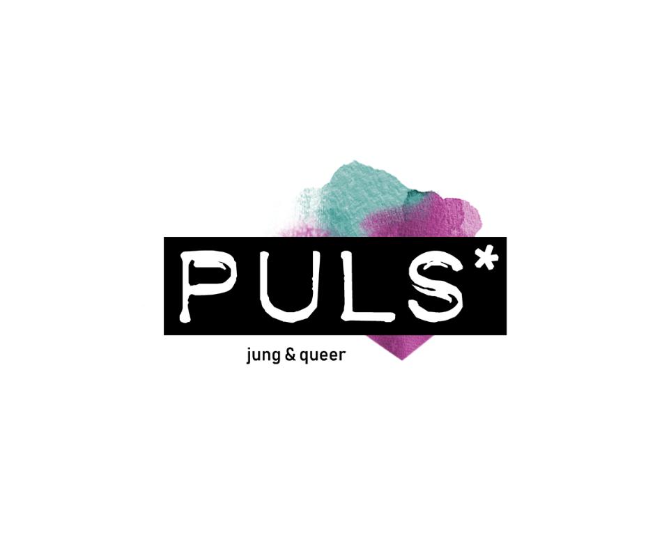 Das Bild zeigt das Logo vom PULS*. Unter dem Schriftzug PULS* der sich in weißer Schrift auf schwarzem Grund befindet, steht jung & queer.