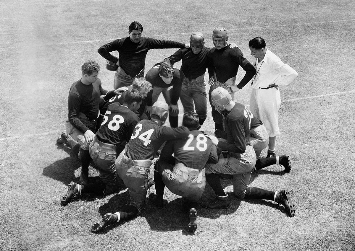 Photo vintage concertation d'une équipe de football américain
