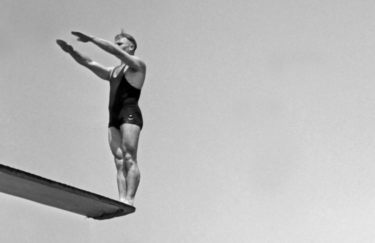Photo vintage homme s'apprêtant à sauter d'un plongeoir