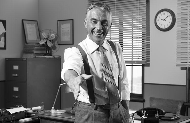 Photo vintage homme souriant poignée de main