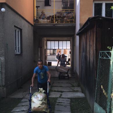 Romové pomáhájí s rozdáváním, vykládáním i třídění oblečení.