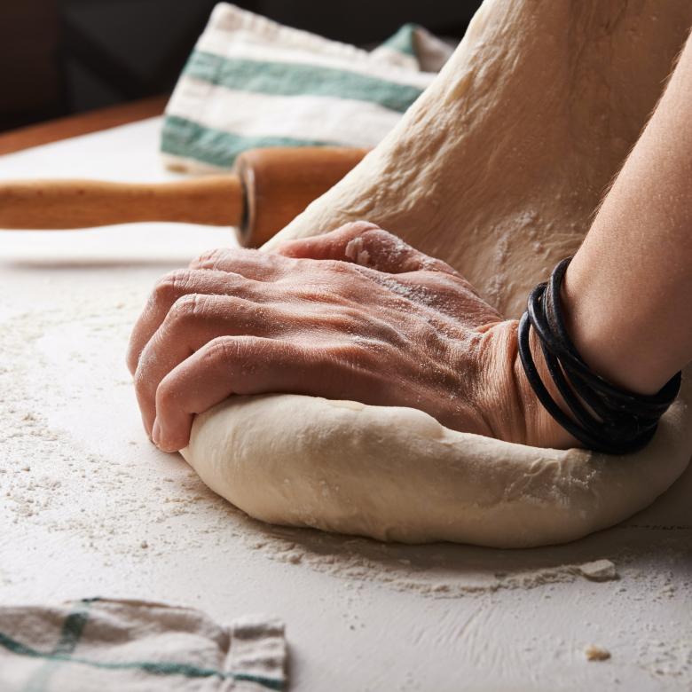 """Romský chléb """"bokhela"""" se peče z vody a mouky a trochu jedlé sody. Potom se namáčí v oleji."""