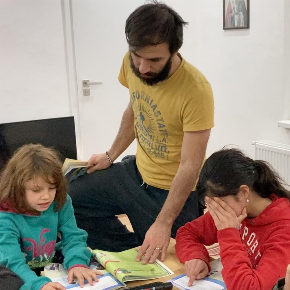 Martin učí děti z naší milé malé osady Dolinka v Klenovci.