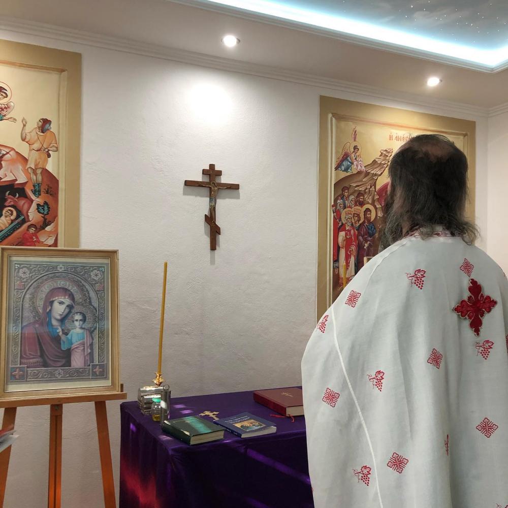 Duchovný otec se modlí v naší malé kapličce svatého Mikuláše.