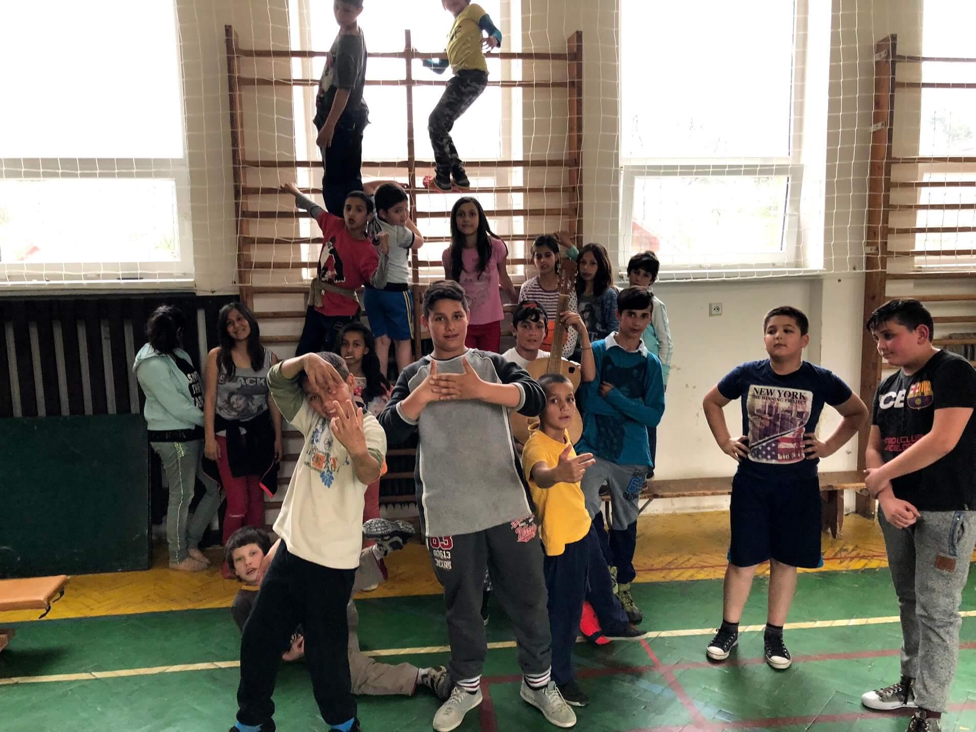 Fotka s dětmi z sportovního kroužku v tělocvičně na ZŠ Klenovec