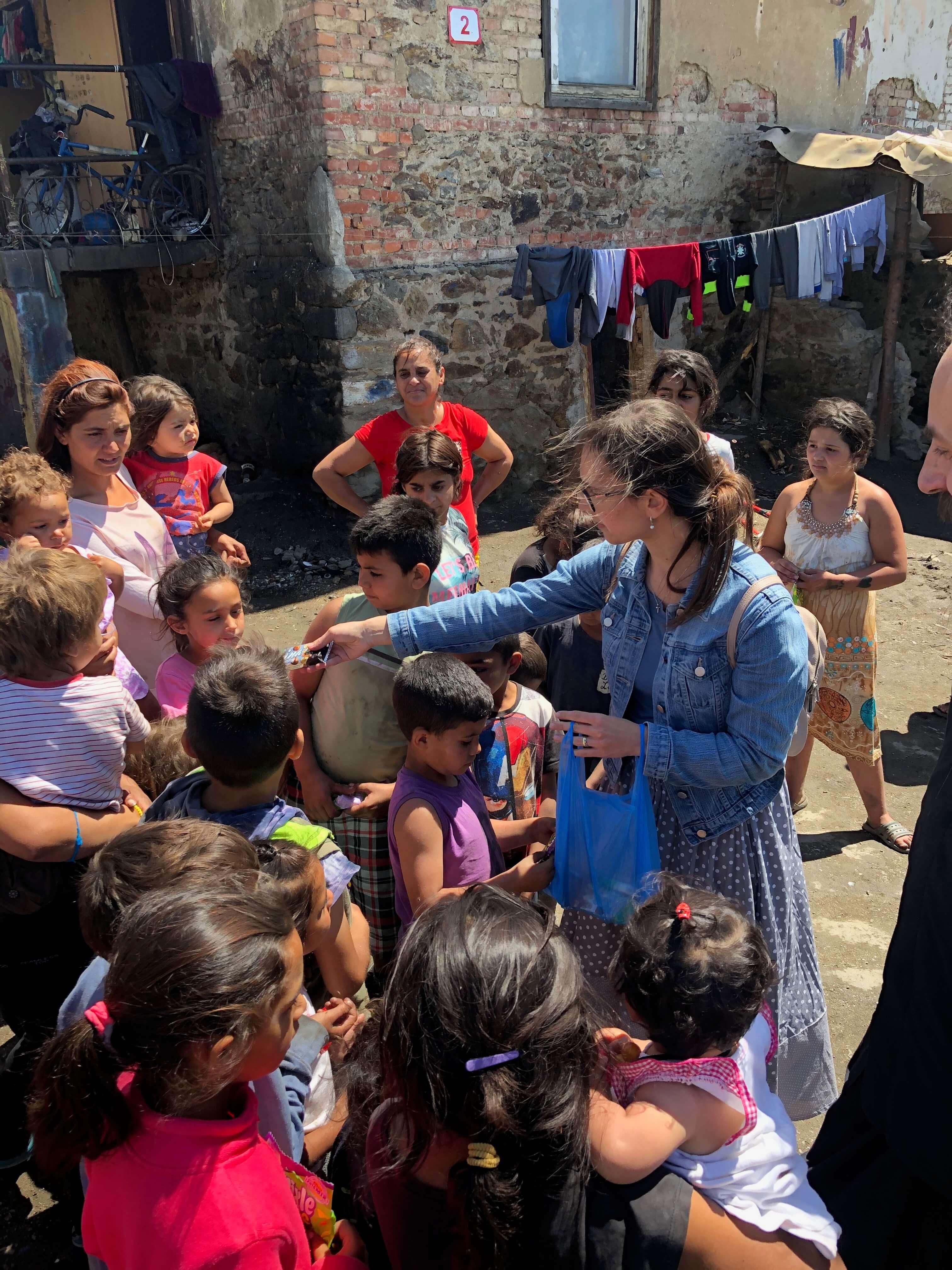Michalka rozdává dětem sladkosti při příležitosti posvěcení kříže - rok 2020