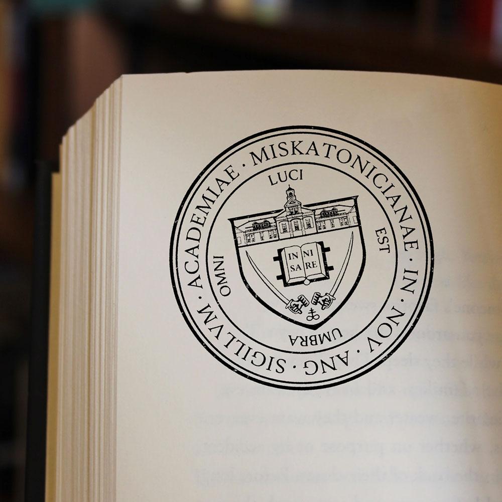 Emblème créé pour l'université fictive de l'auteur H.P. Lovecraft