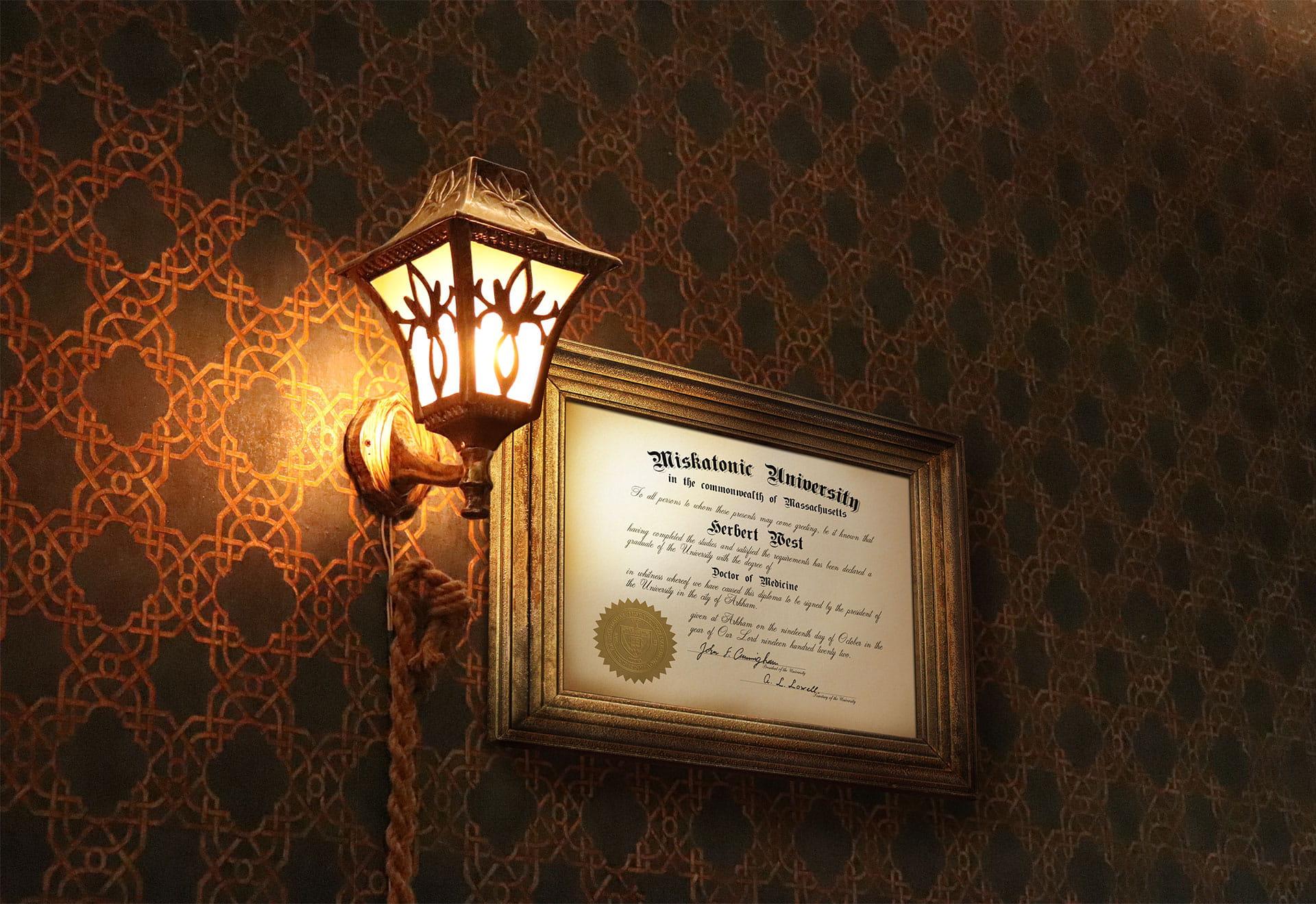 Vieux diplôme de médecine encadré et accroché sur un mur de papier peint ancien à côté d'une lampe en fer vintage