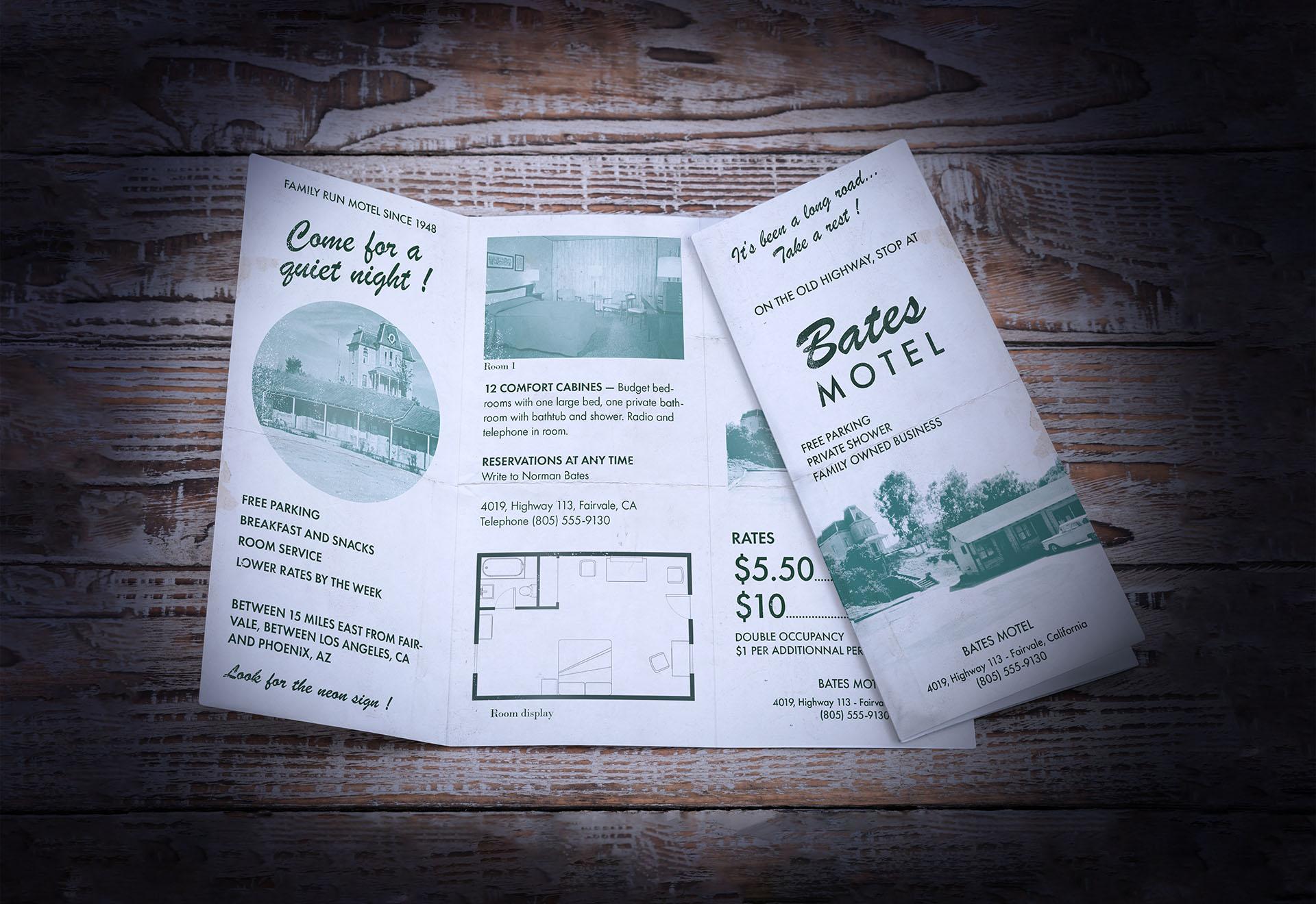 Fausse brochure du Bates Motel inspirée des années 60 posée sur une table en bois