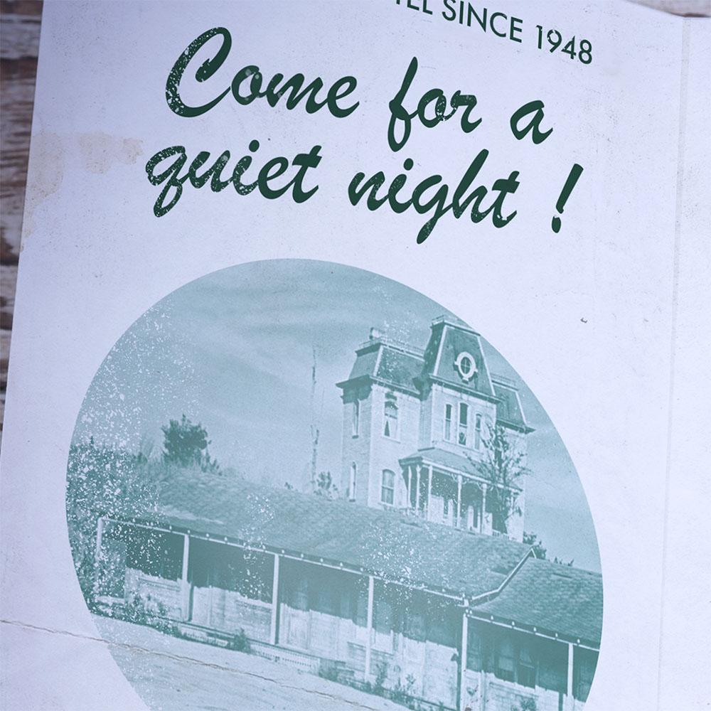 Zoom sur le slogan du motel dans une police de caractère typique des années 60