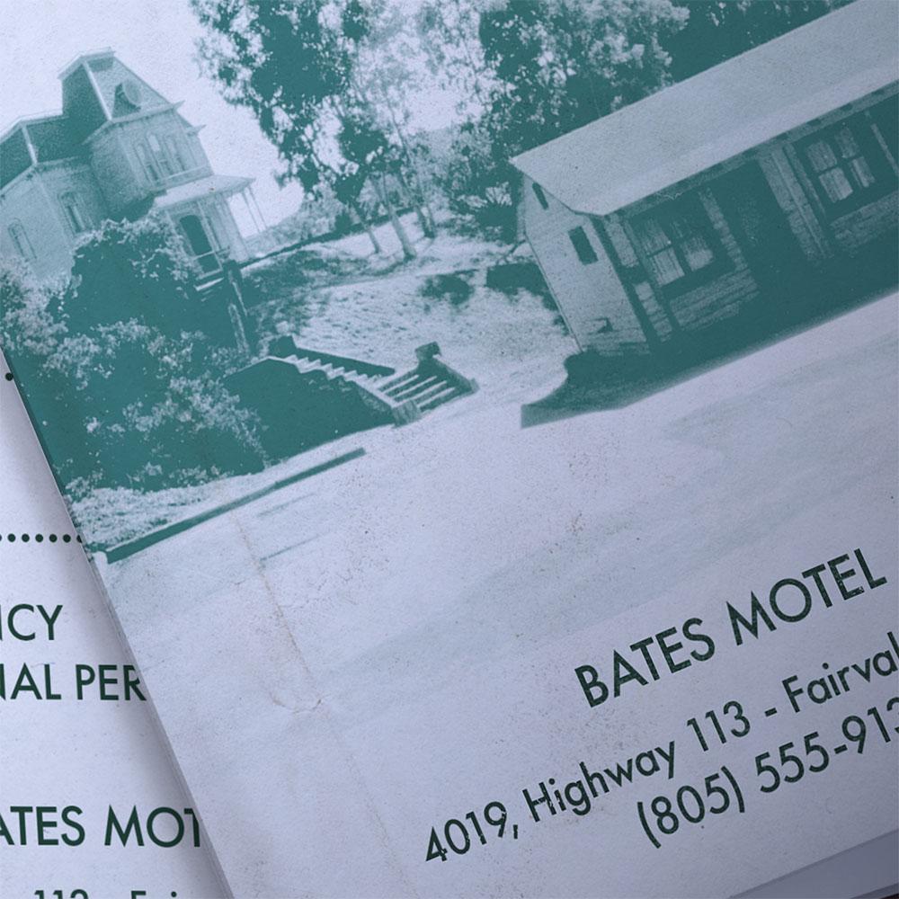 Zoom sur la première page de la brochure présentant une photo du motel et son adresse