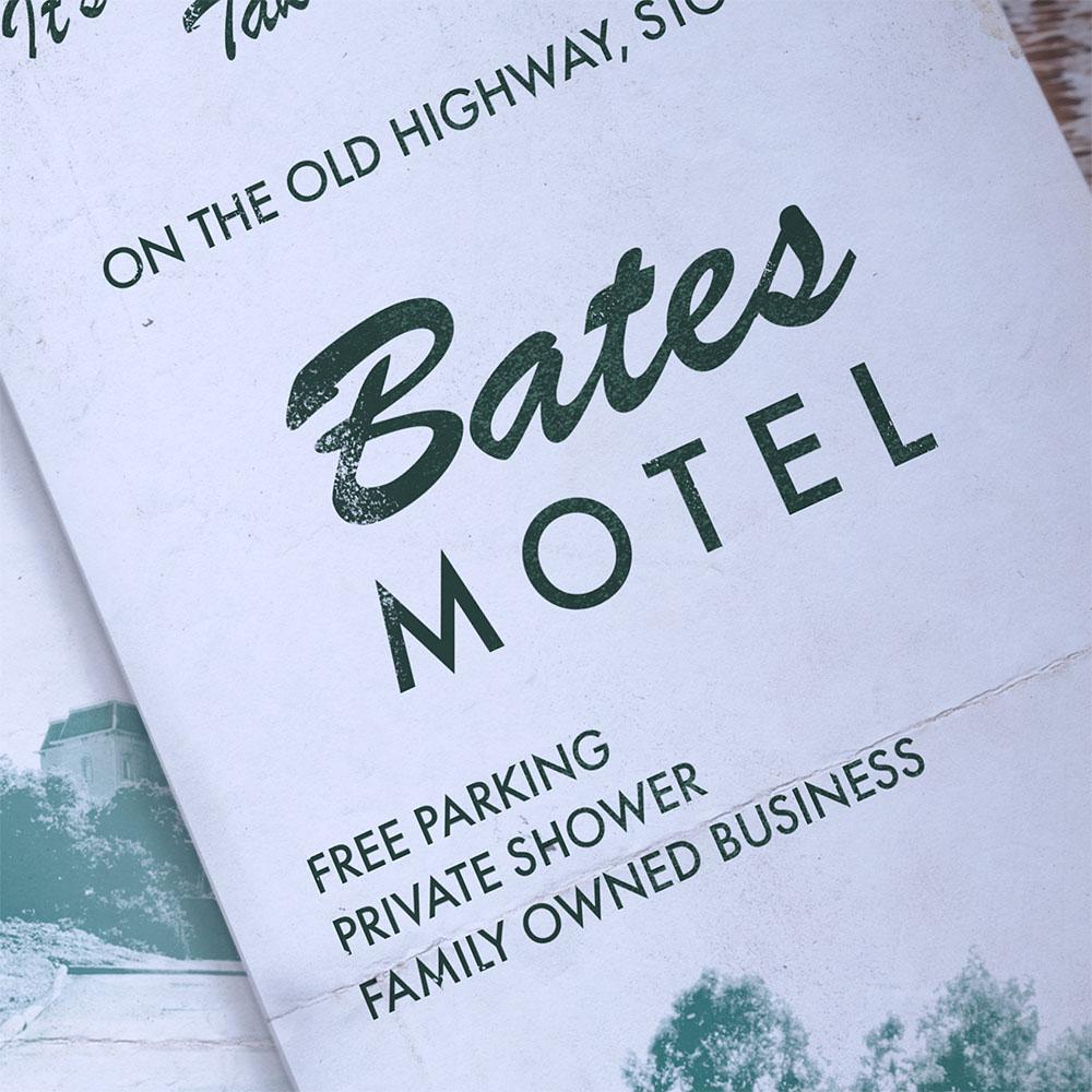 Zoom sur le nom du motel et le papier vieilli de la brochure