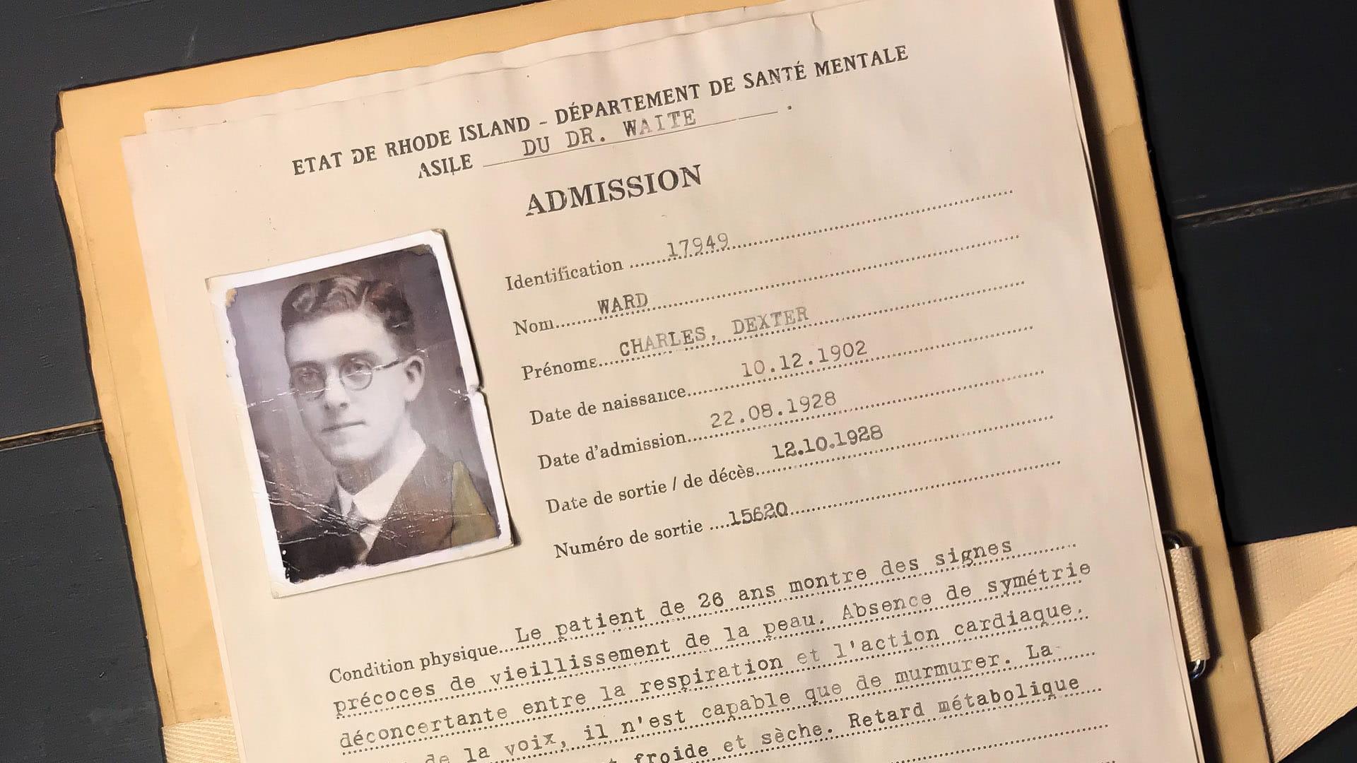 En-tête du faux dossier de patient posé sur un dossier cartonné vieilli
