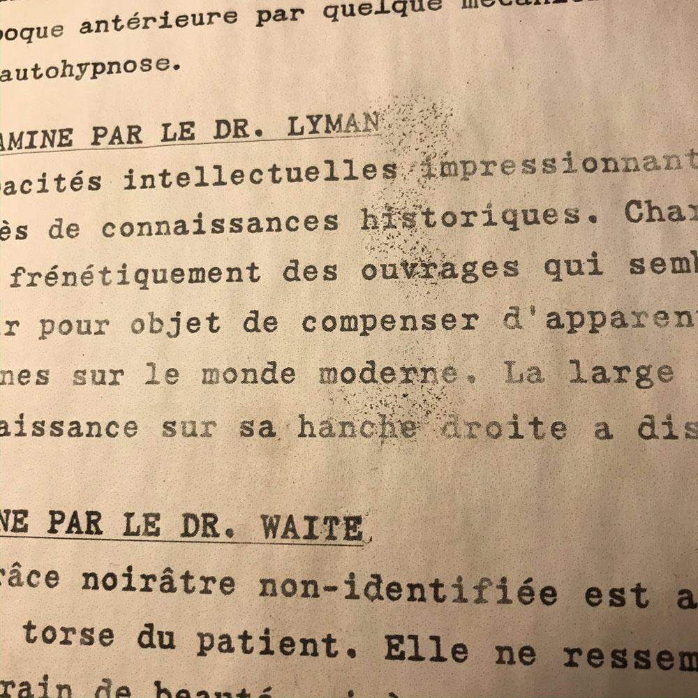 Zoom sur la typographie et le papier vieillis du dossier