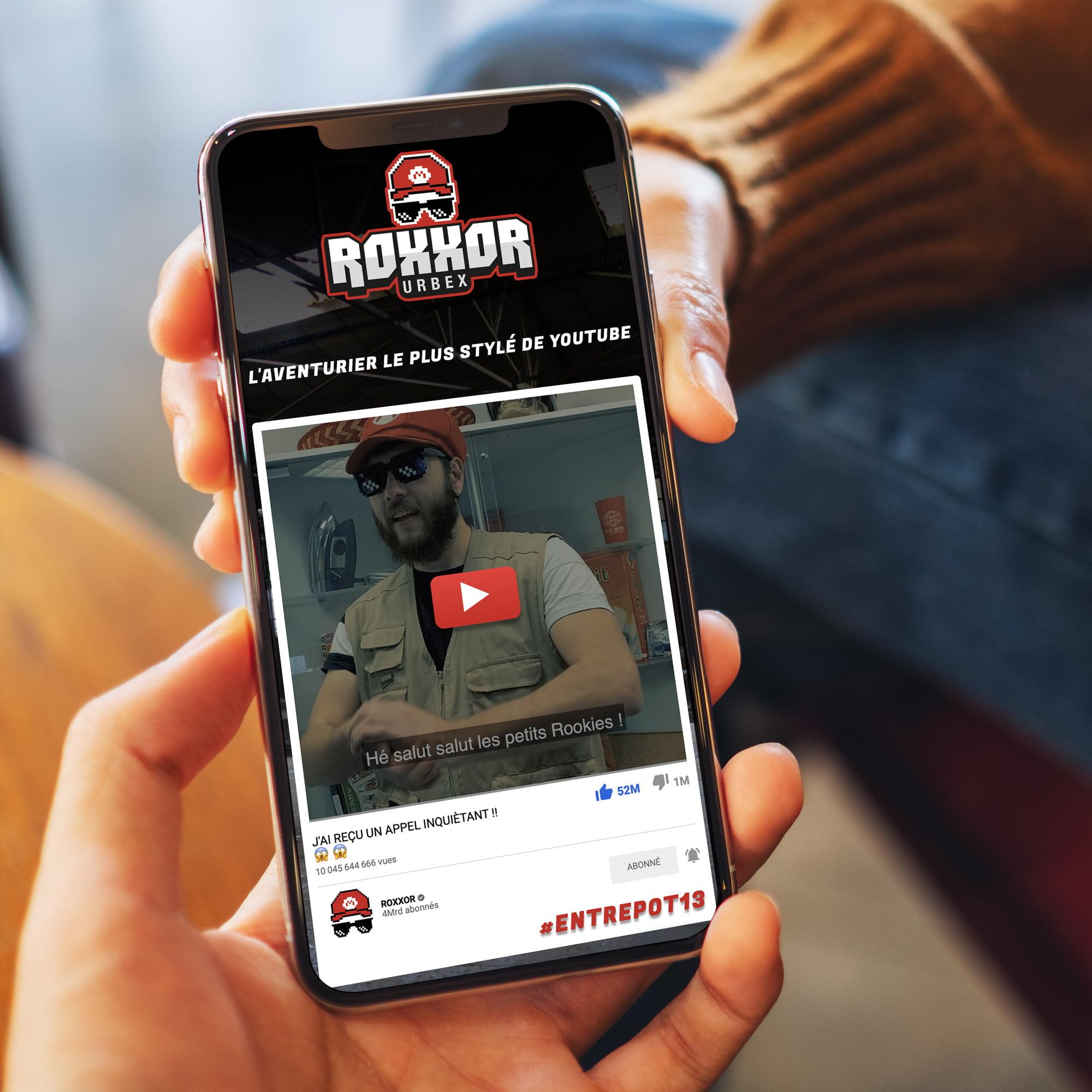 Application web d'Entrepôt 13 présentée sur un téléphone portable