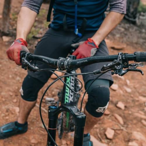 Biker en su bicicleta demontaña