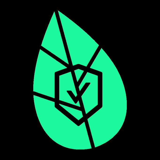 Schutzschild mit Häckchen drin vor grünem Blatt.