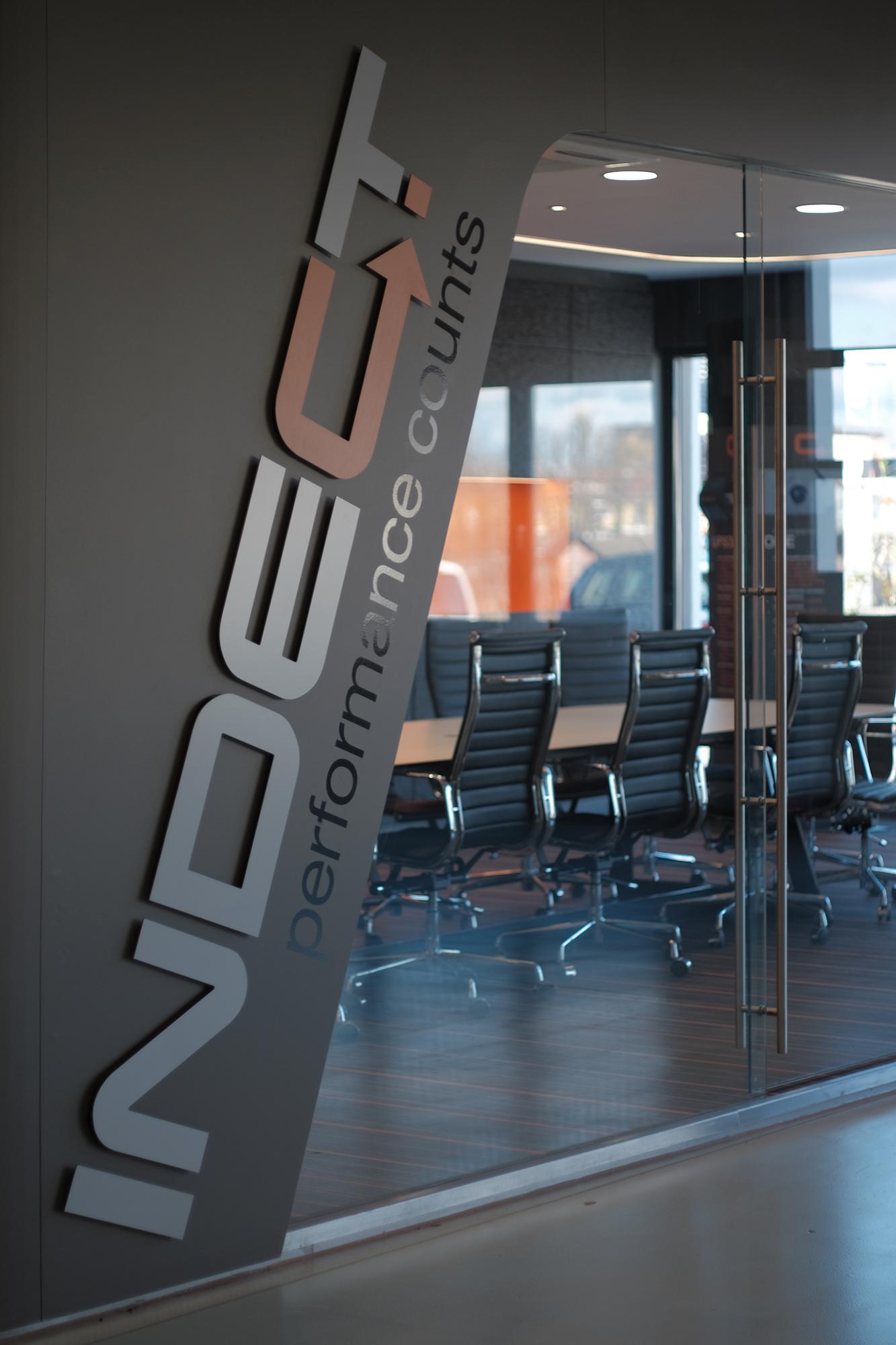 indect showroom - eingangsbereich mit logo und Glasfront