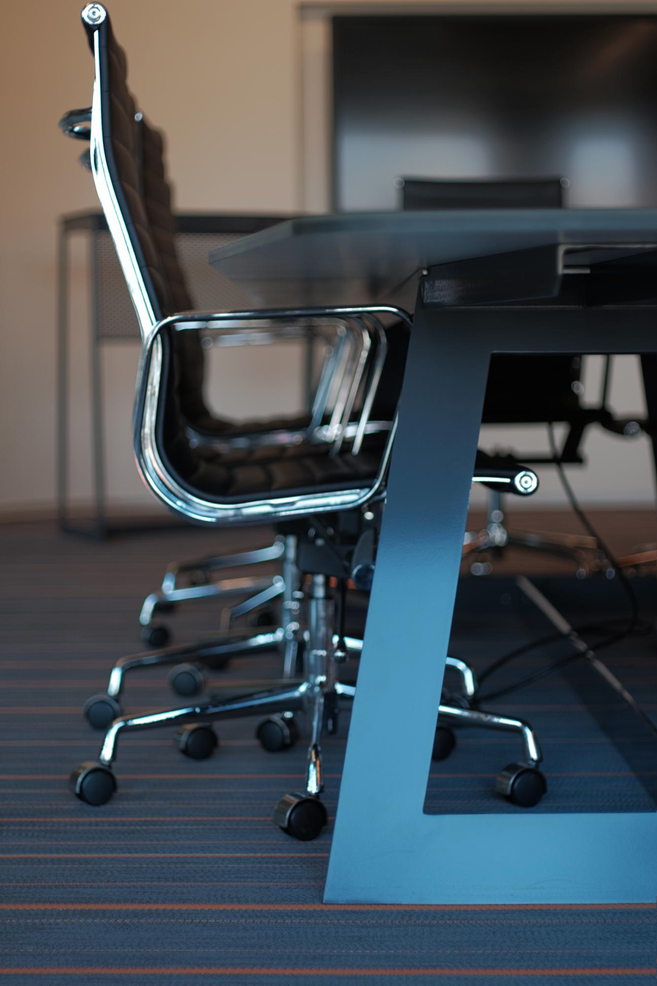 Detailansicht der Bürostühle im Indect Showroom