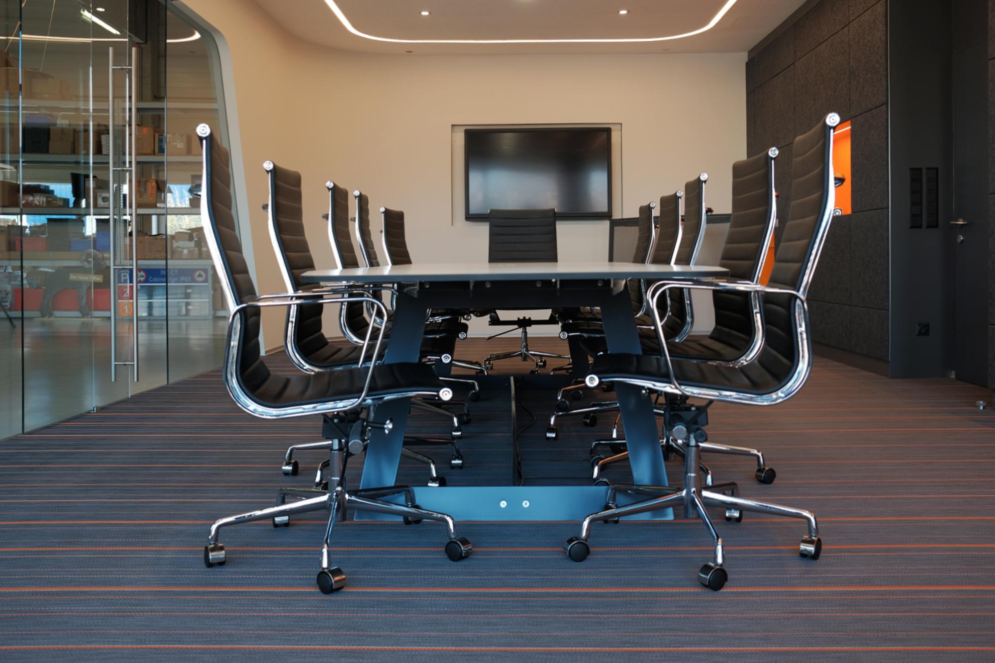 Indect Showroom - Blick auf den Besprechungstisch mit Bürostühlen